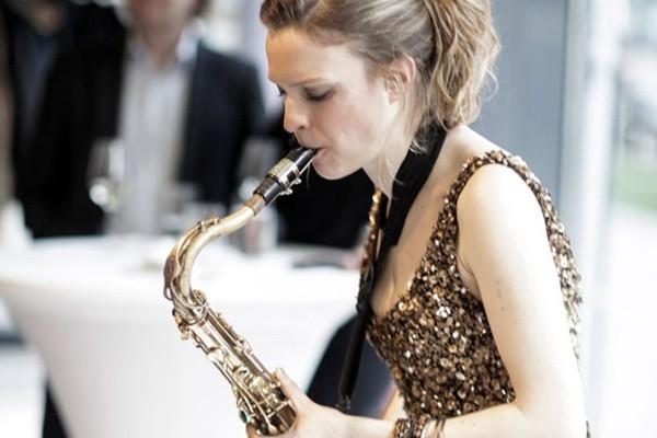 Barbara mit Saxfon auf einem Hochzeitsempfang in Hamburg